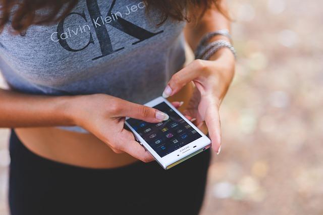woman using tinder app
